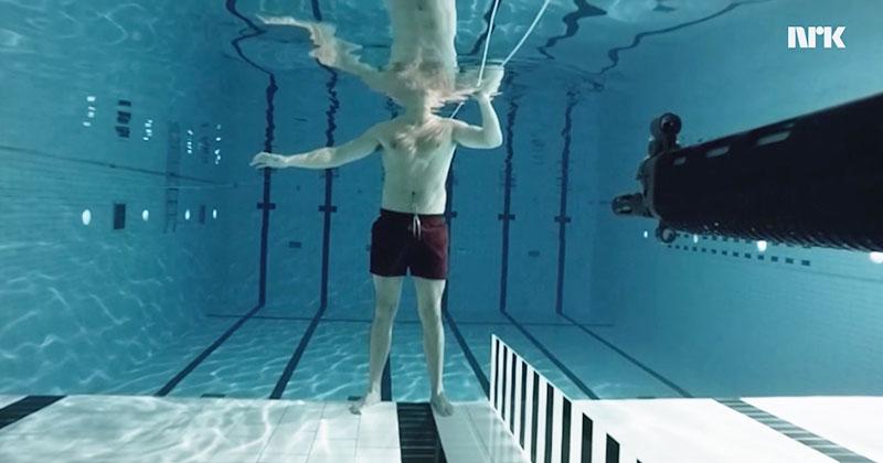 他在泳池中「用一把槍射自己」,當板機扣下後我的下巴就掉下來了。