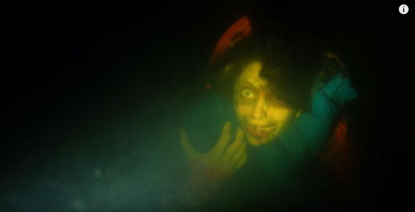 他在海底潛水的時候忽然看到一個嬰兒推車,才過幾秒就看到了「乾脆把我給殺掉」的恐怖畫面!