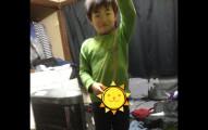 這個小男孩在姊姊房間「找到驚喜寶藏」後興奮合照,但網友看到這張照片後臉都噁心綠成一片了...