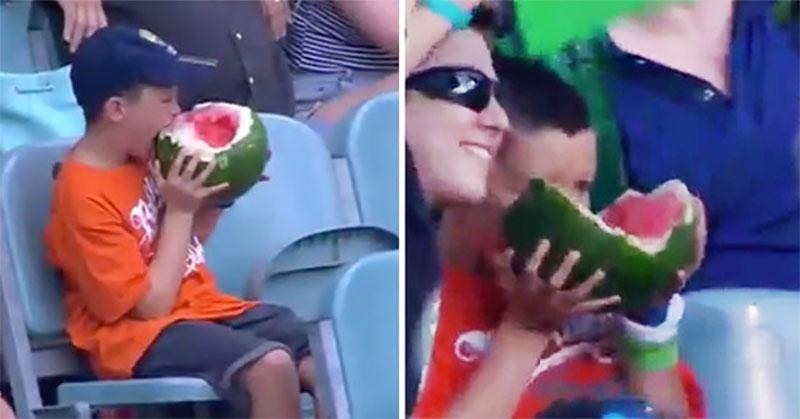 球賽鏡頭拍到了這個小男生全世界才發現吃西瓜的方式都錯了...