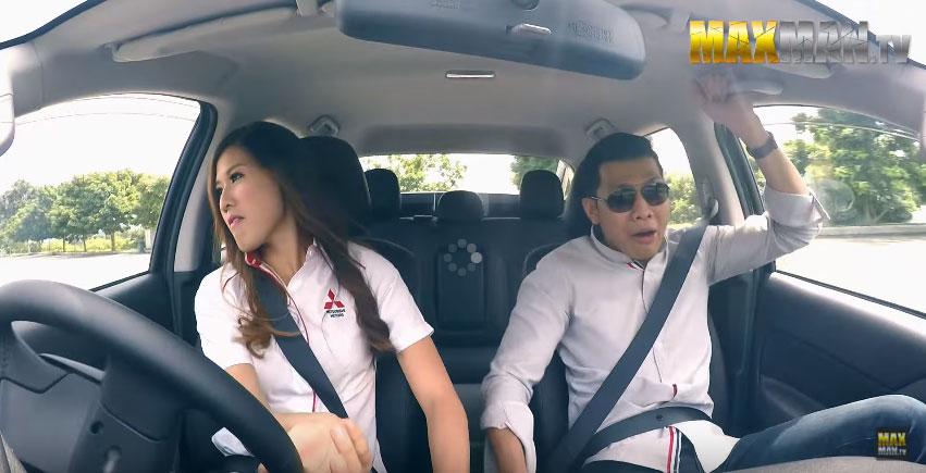 美女專業賽車手假裝成傻傻新手車銷售員讓顧客秒小看,但當她說「可以讓我開開看」時...