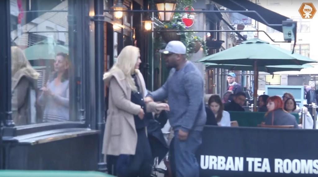 男子在街頭和懷孕老婆大吵「一怒之下揍了她肚子」,路人目睹後的反應會讓你忍不住落淚。