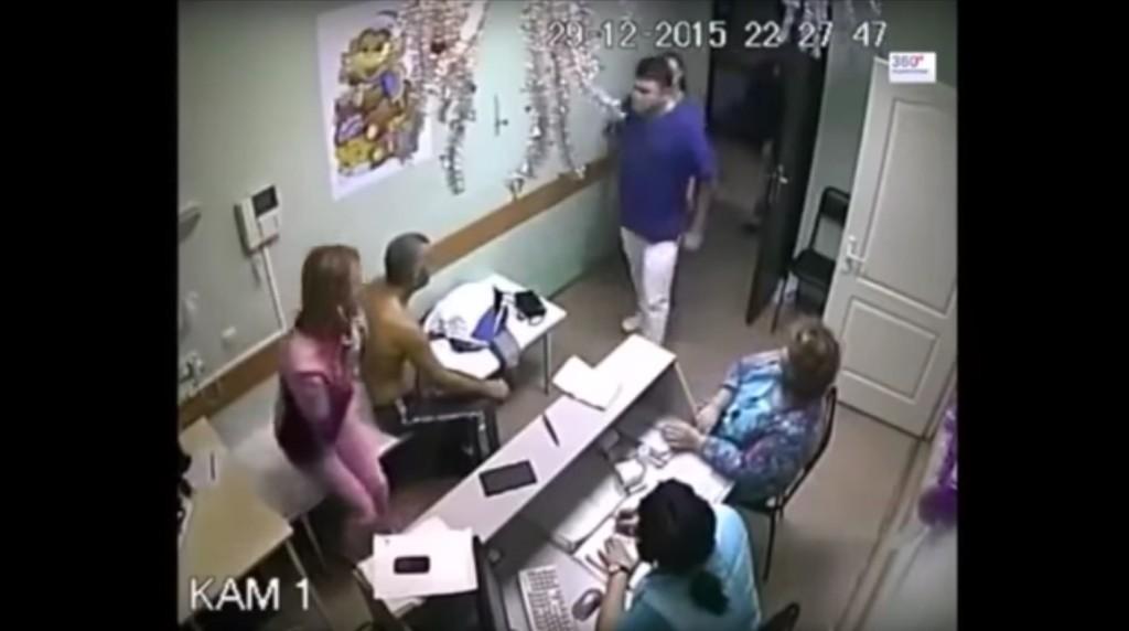 這名壯碩醫生找到「對護士動粗的病人」之後,理智線完全斷掉一拳把病人打死了。