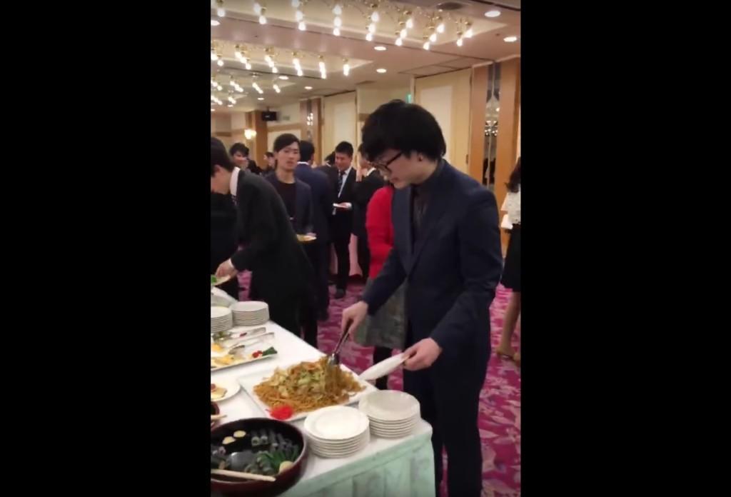 男生在吃到飽餐廳先夾了一盤麵,下一步讓網友驚呼:他完全改變了吃到飽的遊戲規則!