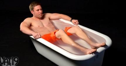 他將「226公斤的超級黏膠」倒進這個浴缸裡,泡進去之後他就馬上超崩潰後悔了。