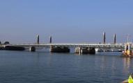 這座橋看起來很普通,但是當它升起後「變身成帆船後」,光是走道的模樣都會完全征服你的心!
