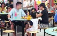 女孩亂拿餐具被店家勸阻後放聲大哭旁觀者以為爸爸要教訓,沒想到爸爸接下來的超扯行為讓網友們都氣到傻眼了!
