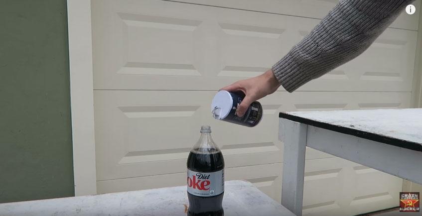 這就是為什麼你絕對要小心不要把鹽倒到可樂裡。