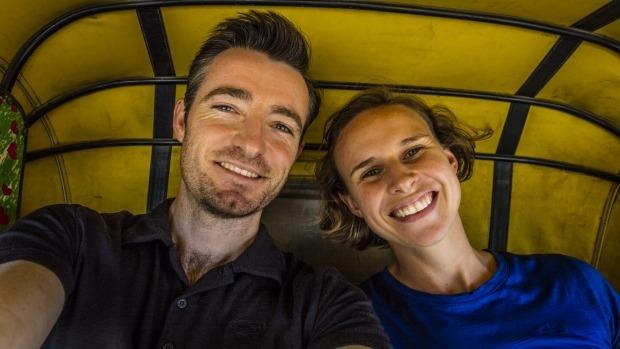 一名澳洲富翁到印度旅遊拍下這張照片 在發現「裡面的裸體小女孩」後他馬上慌張地派人協尋!