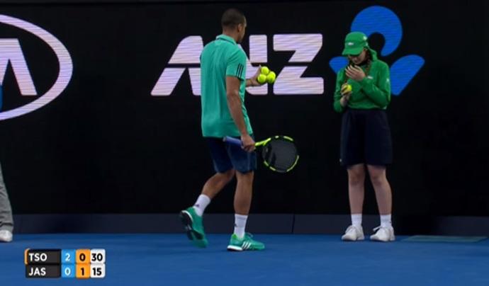 比賽到一半網球選手突然向球場邊的這位女孩走去,正當觀眾感到疑惑時他接下來的舉動令所有人爆出熱烈歡呼!
