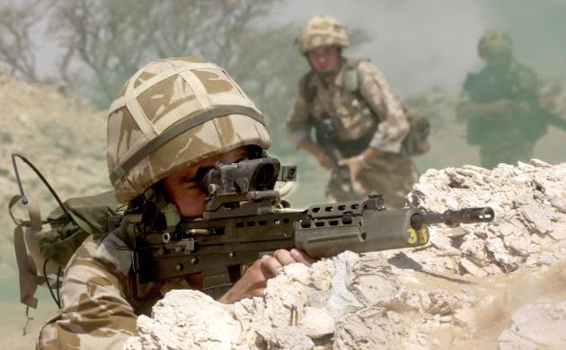 這名最強狙擊手跟3名伊斯蘭國炸彈客「相距超過1公里還隔了25cm厚磚牆」,一發射出去後就拯救了20個人!