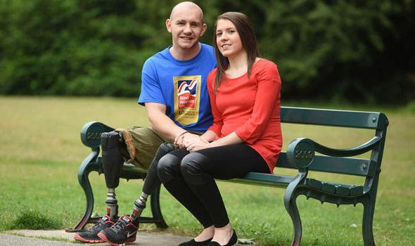 這名軍人5年前「在戰場上失去雙腿跟睪丸」,但醫學奇蹟讓他的親生兒子在今年聖誕節出生!