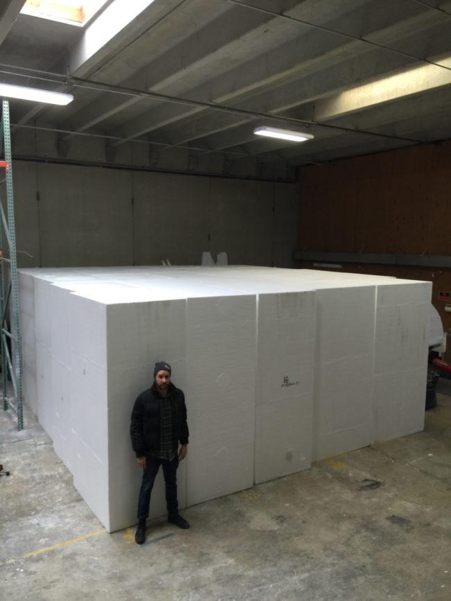 他請廠商運來這個超巨大保麗龍塊,當他的「1:1大小史詩級巨作」完成時真的壯觀到令人說不出話了!