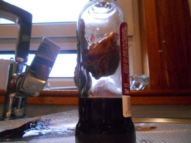醋擺在櫥櫃的角落多年 拿出來發現裡面長出了一顆心臟