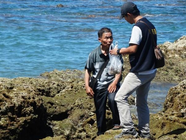 陸客在海邊違法撿石頭想帶上車,但台灣導遊最後「超堅定的3字宣言」讓原本狡辯的陸客乖乖放下石頭!