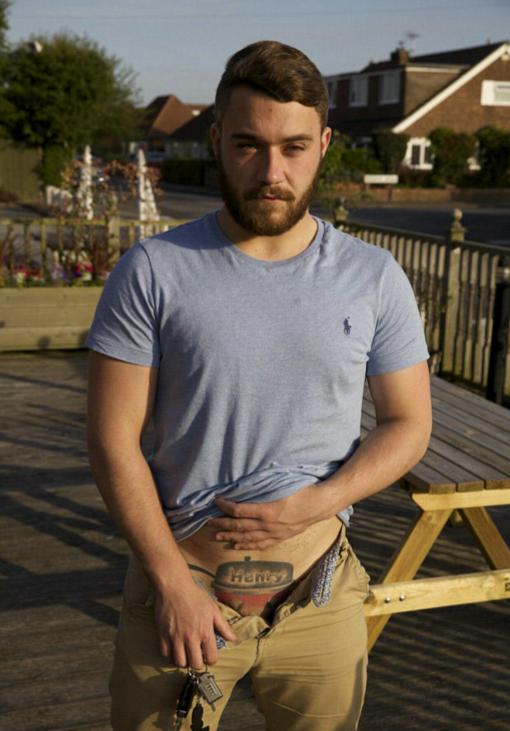 這名男性在16歲那年在GG上刺了一個「過度歡樂刺青」,現在他擔心自己會一輩子處男了...