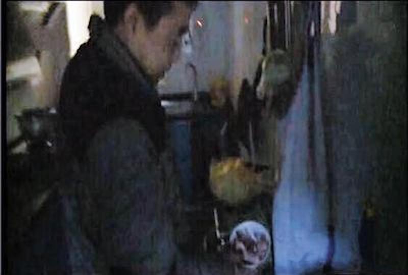 他在中國農貿市場買回40斤外觀很正常的豬肉,沒想到半夜起床拍到豬肉顯靈把他嚇壞馬上去退貨!