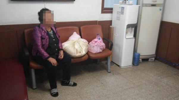 老婦人在路邊一直重複:「我的女兒生了」 當她拆開「隨身攜帶的沉重包袱」時連警察都鼻酸