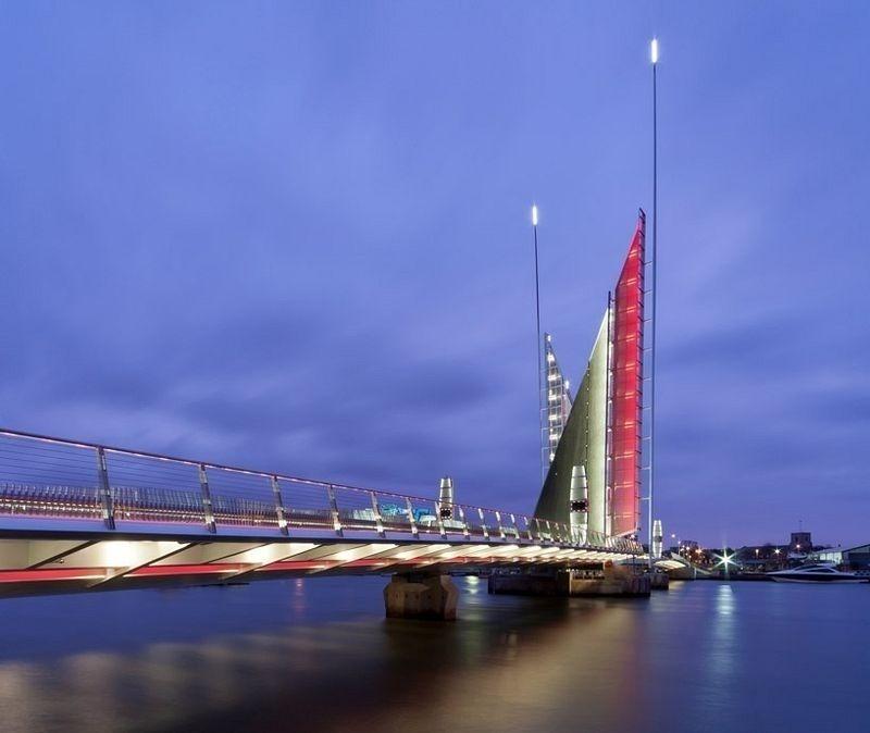 When night falls, the Twin Sails Bridge lights up.