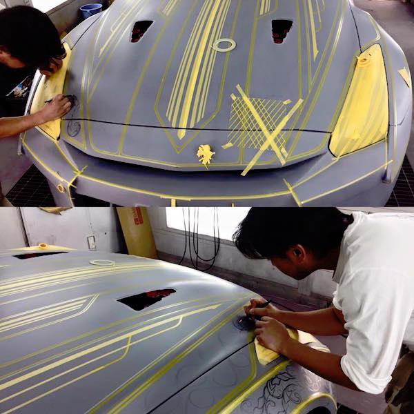 他們先是這樣在車上畫出花紋輪廓,等雕刻完畢組裝完成後,勞斯萊斯都完全弱掉了!
