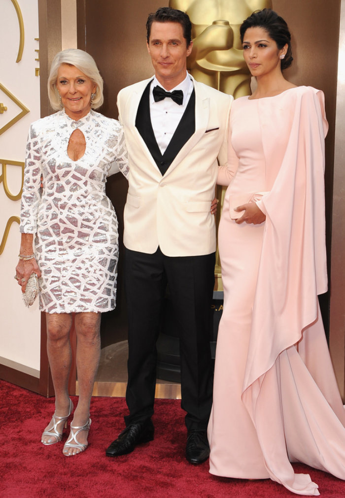 25張「超極品知名男星和媽媽的合照」,布萊德彼特的媽媽看起來根本更像國際巨星啊!