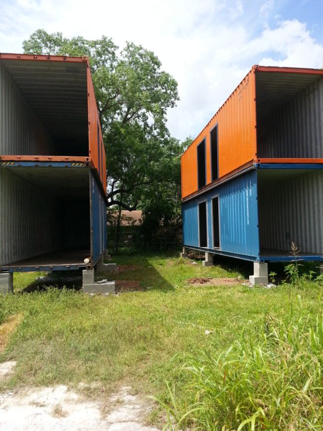 我本來打死都不相信這些廢棄的貨櫃能變成精美房子,但光看到他架起的框架就能讓你知道最後成果會超完美!