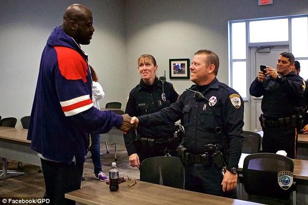 這個警察接獲小朋友打籃球噪音投訴就跑去跟他們PK,之後他帶去的「重量級NBA巨星」幫手讓小朋友的人生都改變了!