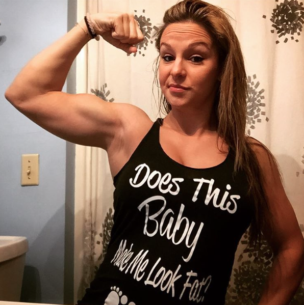 這名懷孕30週的健美小姐仍然「每天做高強度運動健身」,她露出懷孕肚子上的六塊肌線條真的太驚人了!
