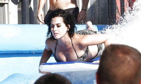 凱蒂佩芮在水上樂園比基尼滑掉,網友眼睛就亮起來了...