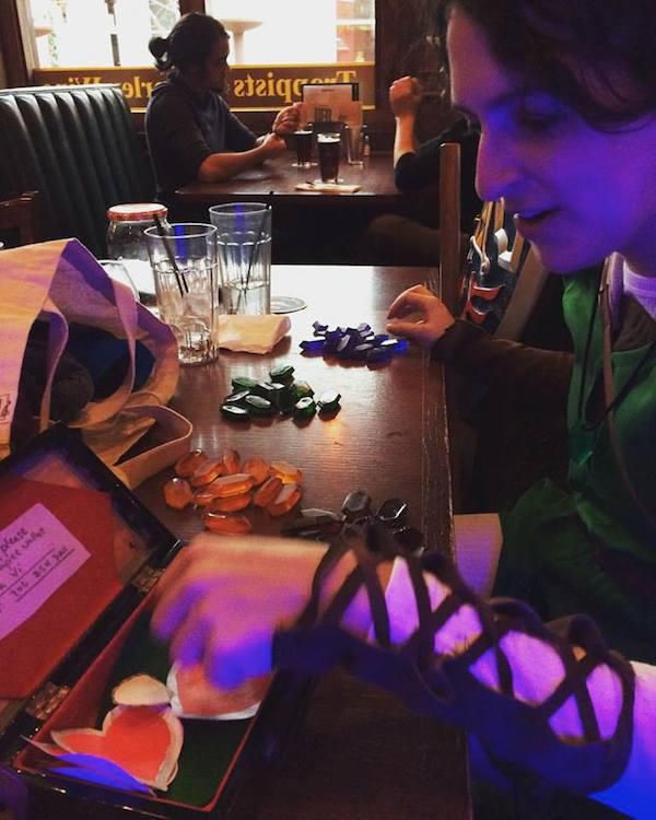 她有天跟男友出去時男友就立刻被怪物給綁架走了,接著她就看到桌上有3杯烈酒和一張紙條...
