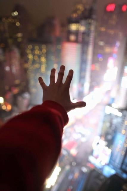 20歲男不慎從頂樓摔下死 家人在他緊握的相機中發現「令人吃驚照」