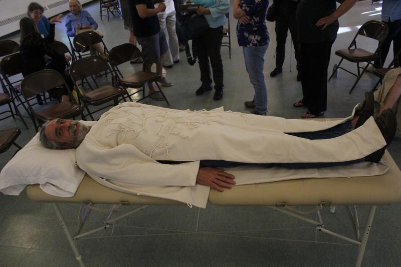 在你死去之後土葬火葬都是不自然的方法,死後穿上這件「神奇葬衣」才能真正回歸最根本!