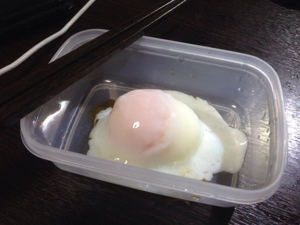 日本網友分享他發現的「完美電飯鍋煮蛋神技」,本來沒什麼期望但一看到蛋敲開後我才發現這才是勝利的關鍵!