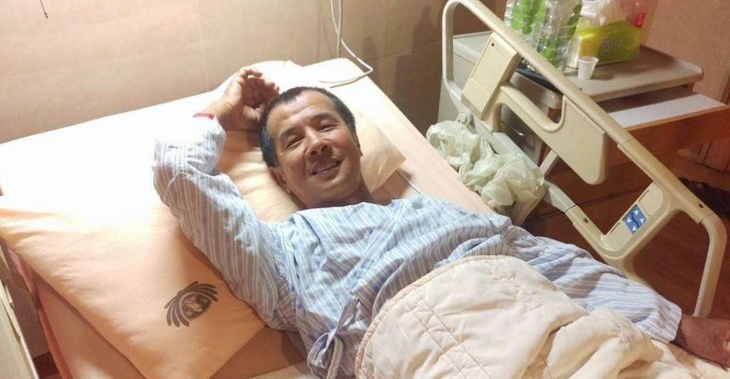 這名罹患小腦萎縮症的阿伯生活超拮据仍固定捐錢幫助他人,看到他是「如何種植百合花」時網友都哭慘了...