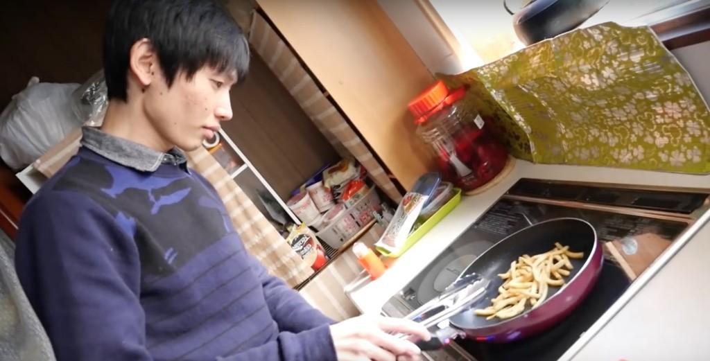 他以為薯條冷掉就不好吃準備丟掉時,弟弟卻現身教他這個「讓薯條復活」的超實用美味妙招!