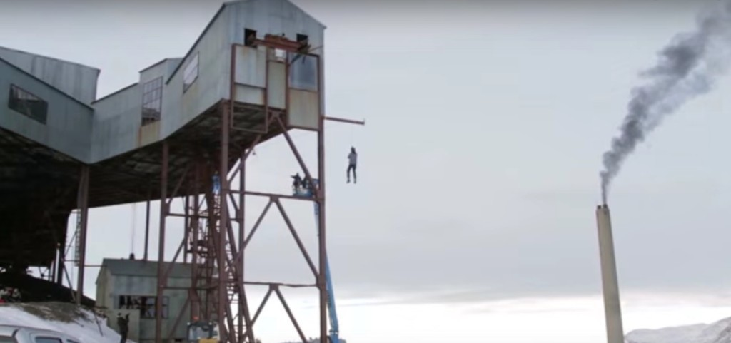 他說光靠物理從5層樓高掉下去也不會死,當數完3、2、1之後我的呼吸都停止了!