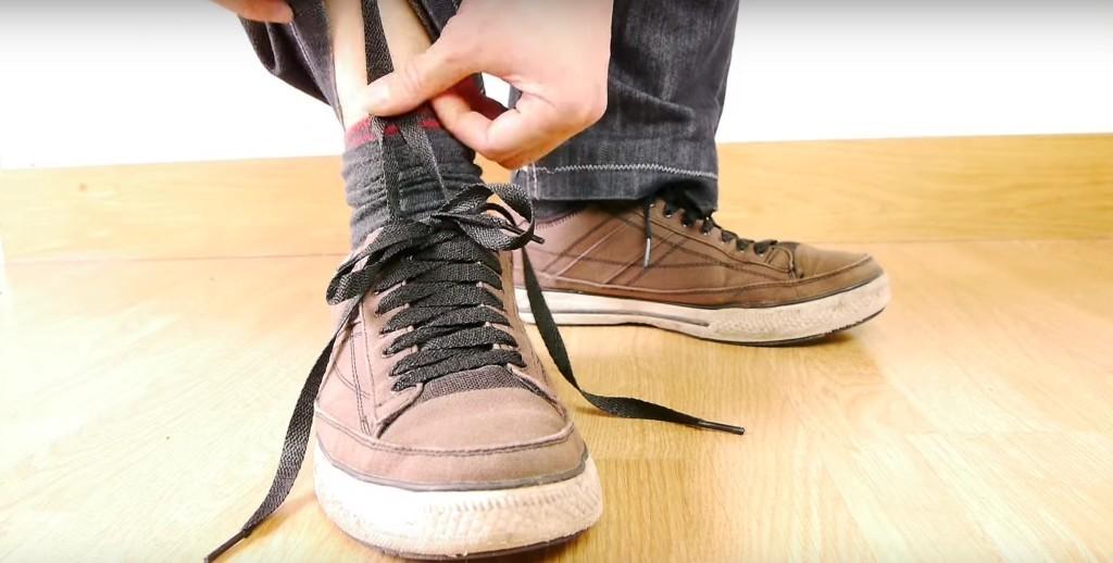 他要教你「不用手就把鬆掉的鞋帶給綁緊」,他的腳甩一下看到鞋帶自己綁起來後我已經爆掉了...