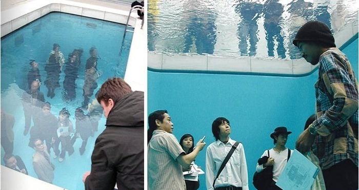 這群人窩在泳池底下但看起來一點缺氧的感覺也沒有,我們的眼睛都上當了!