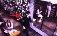 這支監視器拍下的影片我第一次看沒注意到,但當第二次仔細看鏡子時被完全嚇壞了!