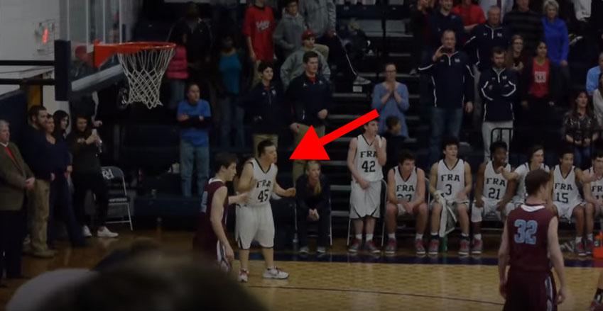 觀眾都覺得教練讓唐氏症男孩上場只是可憐他,但看到1:20他超完美的絕招後全場就陷入瘋狂狀態了!