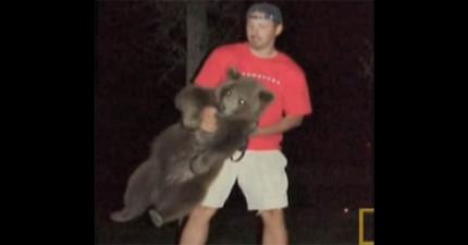 他在籠子裡面看到一隻快被安樂死的小灰熊,接下來他做的壯舉已經「比迪士尼電影還要完美」了!