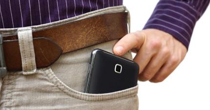 男士們,這就是為什麼愛把手機放在口袋裡會毀了你的下半生。
