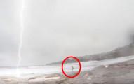 他拍女友在海邊奔跑時忽然一道閃電打下來,接著男友逃跑時當機時說出的話會讓你笑到需要換褲子!