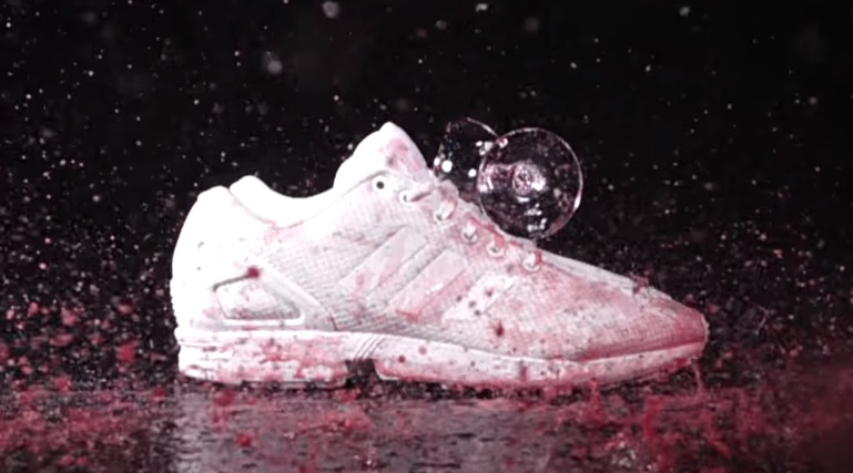 超難洗的白色球鞋「被紅酒潑成無法復原的噁心粉紅色」,但他只要這樣塗一下...