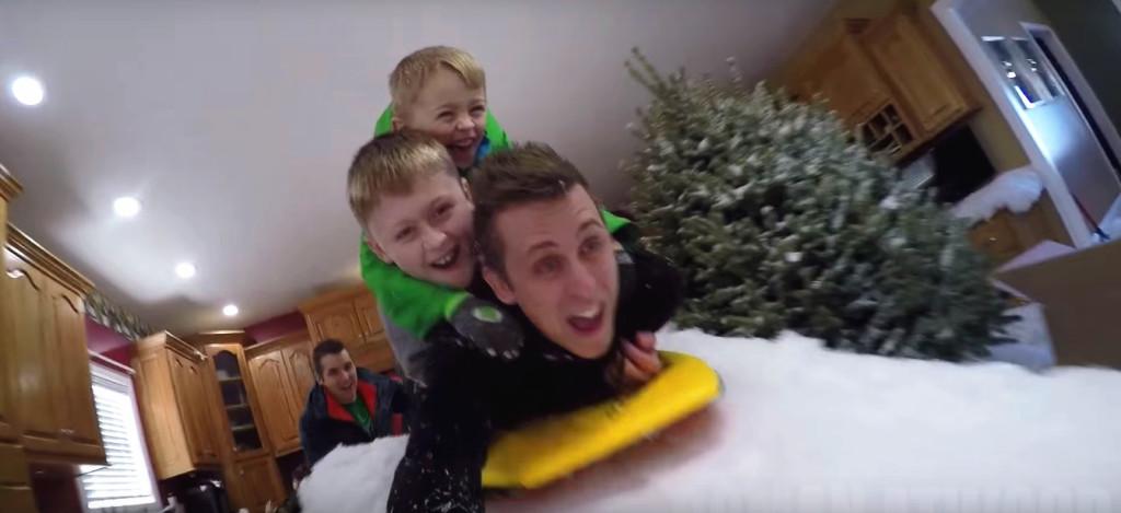 他瞞著孩子把聖誕樹和白雪通通搬進屋內,當孩子一進門看到「超夢幻室內冰雪王國」讓網友都羨慕炸了!