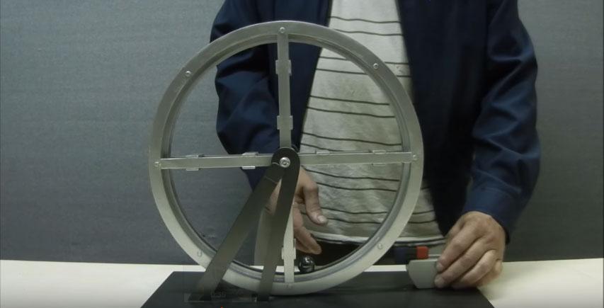 他慢慢的把磁鐵靠近金屬滾輪和裡面的鐵球。接著發生的「驚人現象」應該要得諾貝爾獎了?!