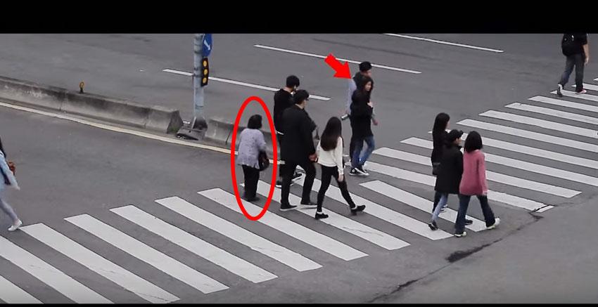 行動不方便的老太太在路上動作非常緩慢 旁邊路人超溫馨