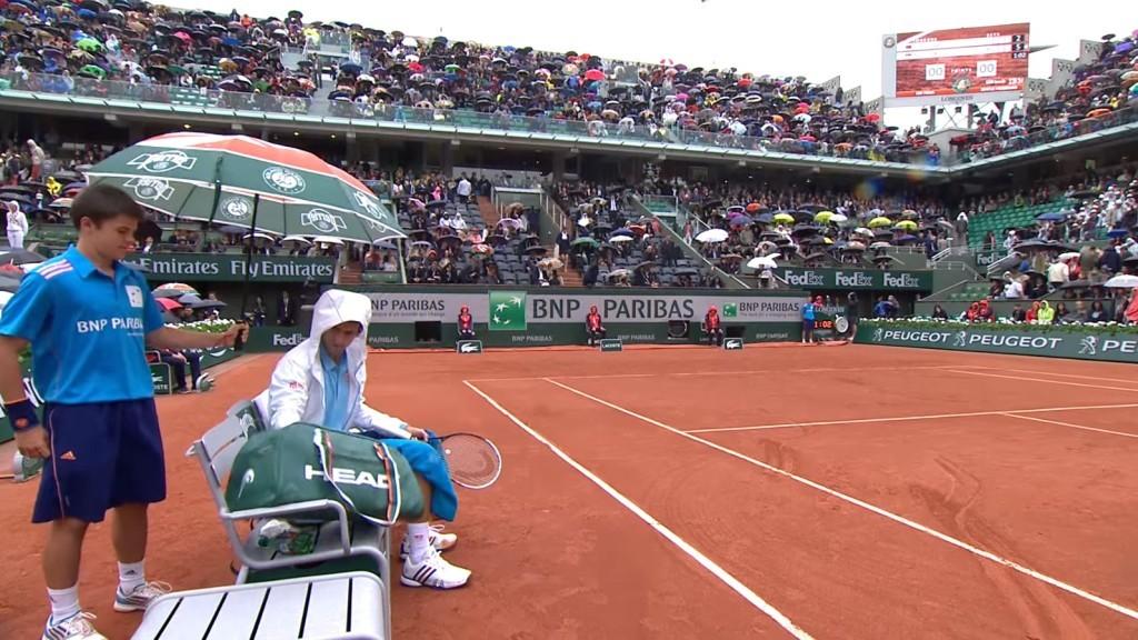 這名「網球世界球王」因為下雨比賽中段,接著當球僮過來替他撐傘時他的超暖舉動讓全場都暴動了!