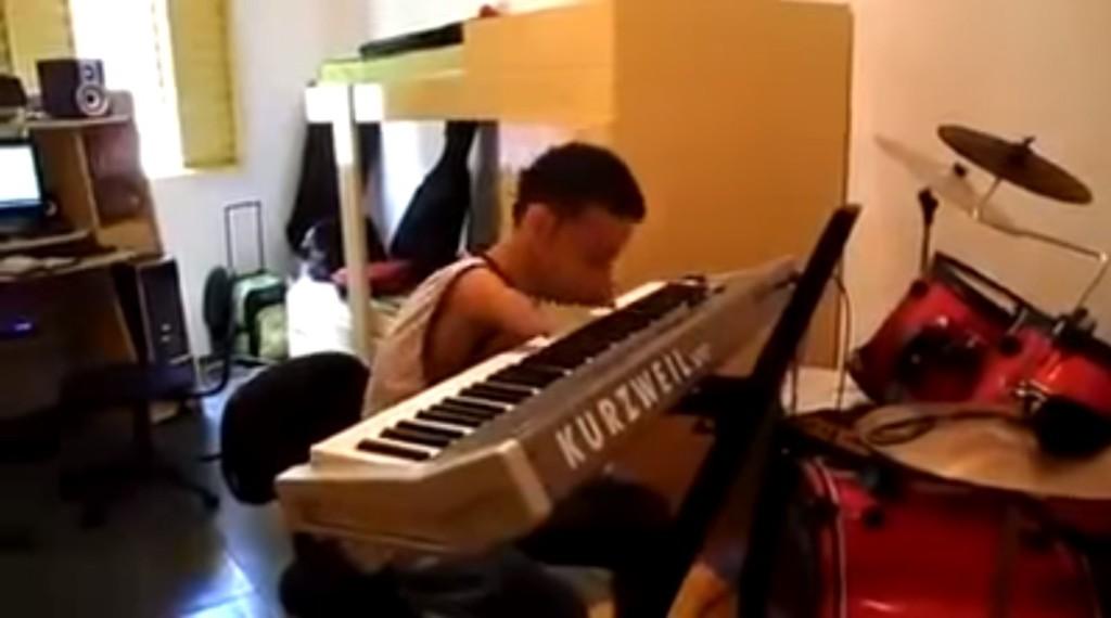 我閉上眼睛聽這名男子彈奏出的優美琴聲都融化了,但一睜開眼看他的雙手就真的驚呆了!