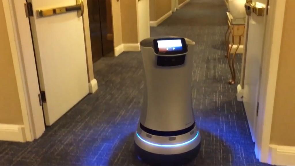 當這款「客房服務機器人」走到房客面前後做出超貼心服務,已經讓很多飯店服務生驚覺要失業了...